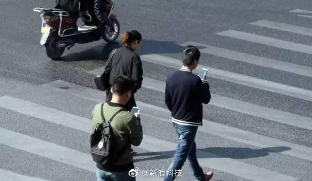 天津处罚过马路的低头族